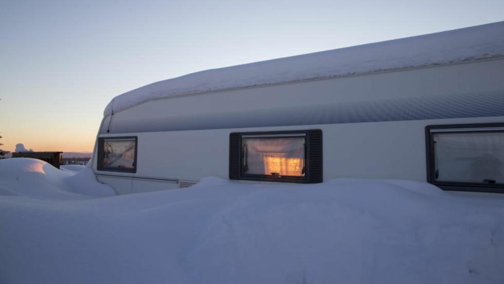 SNØ: Det har kommet en god del snø på Sør- og Østlandet de siste dagene. Du trodde kanskje at våren kom i mars? Da tar du i følge meteorologne feil.  Denne campingvogn stårpå campingplassen på Sjusjøen.   Foto: Berit Roald / NTB scanpix