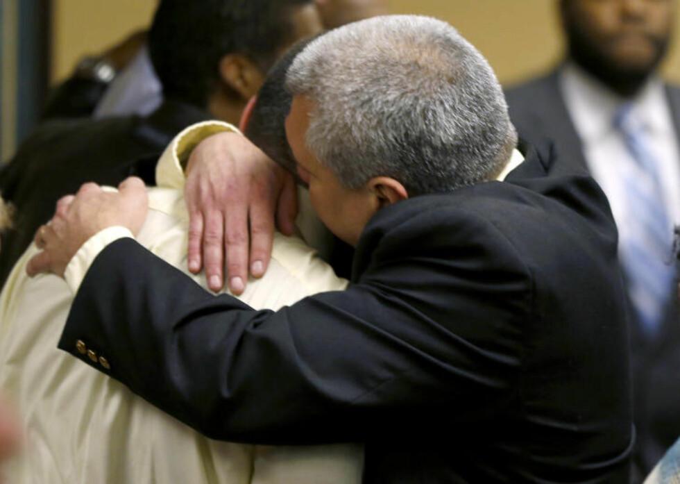 <strong>KNUST:</strong> Trent Mays (17) fikk en trøstende omfavnelse av sin far etter at dommeren hadde forkynt den knusende dommen. Foto: AP/NTB Scanpix
