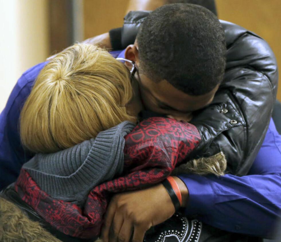 <strong>MÅ I FENGSEL:</strong> Ma'lik Richmond (17) ble trøstet av sin mor etter at dommer Thomas Lipps akkurat hadde gjort det klart at han må i fengsel. Foto: AP/NTB Scanpix