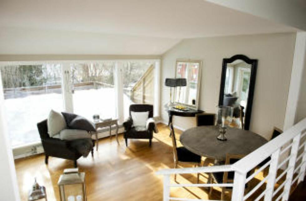 SMARTE GREP: Veggene er malt lyse og nye møbler er satt inn. Rita Berg Hansens hus på Fjellhamar i Lørenskog har gått gjennom en solid forvandling siden hun kjøpte det for to år siden. Foto: ØISTEIN NORUM MONSEN
