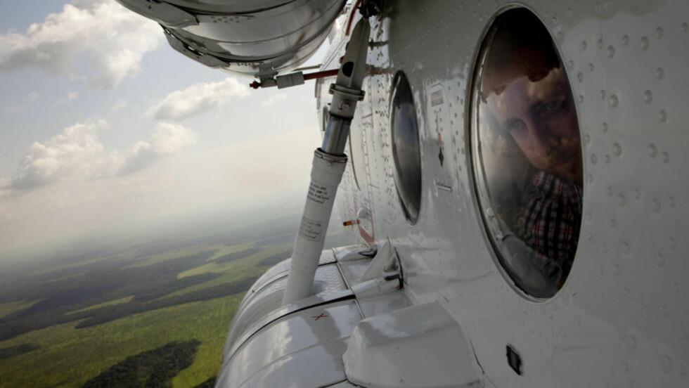 <strong>Flekkete:</strong> Regnskogen miljøvernminister Bård Vegar Solhjell titter ned på er delvis avskoget og blitt til savanne. Foto: Tore Bergsaker