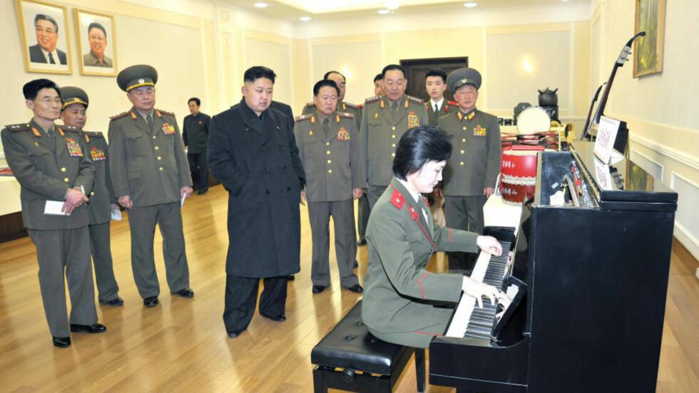 PRIVATKONSERT:  Under inspeksjonen fikk diktatoren Kim Jong-Un (nummer fire fra venstre) overvære en framføring på et piano laget av Den koreanske folkearmeen.  Foto: REUTERS/KCNA