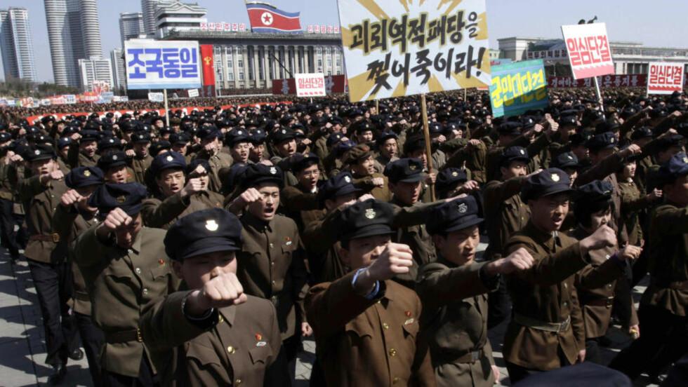 KAMPKLAR: Nord Koreanske soldater marsjerer gjennom Kim Il Sung plassen i Pyongyang for å vise støtte til sin leder Kim Jong Un. Foto:  (AP Photo/Jon Chol Jin/Scanpix.