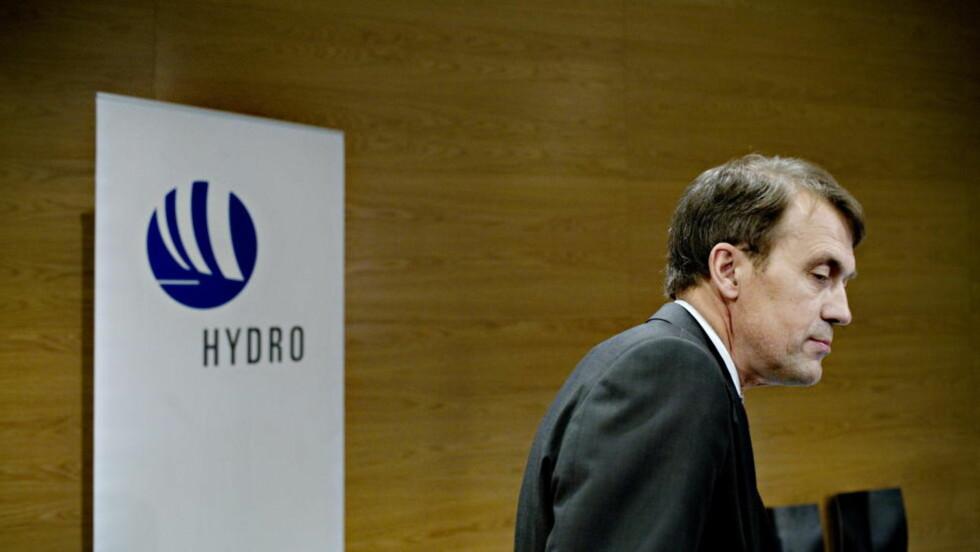 ADVARER: Tidligere Hydro-sjef Eivind Reiten mener oljeleting i Lofoten og Vesterålen bør droppes. Her fra pressekonferansen da Reiten trakk seg om konsernsjef i selskapet. FOTO: ADRIAN ØHRN JOHANSEN / DAGBLADET