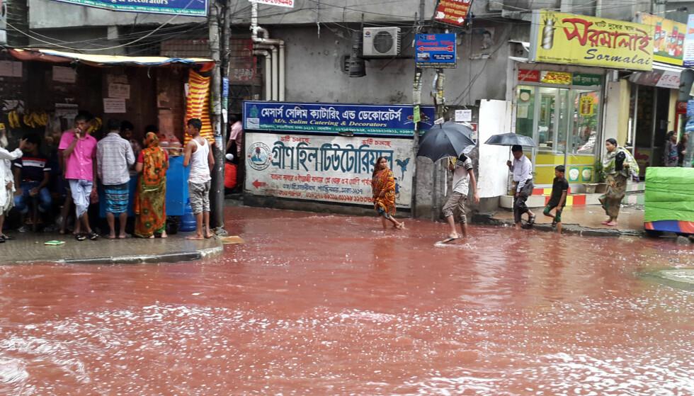 DYREBLOD: Store mengder regn førte i går til at Dhakas gater ble fylt med dyreblod. Dyrene ofres som en del av eid-feiringa. Foto: AP