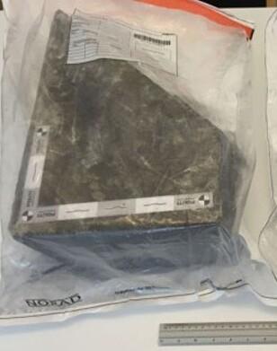 30 KILO: Steinene som ble kastet ned på motorveien i Fyn i Danmark var store. Den tyngste veide 30 kilo, ifølge politiet.