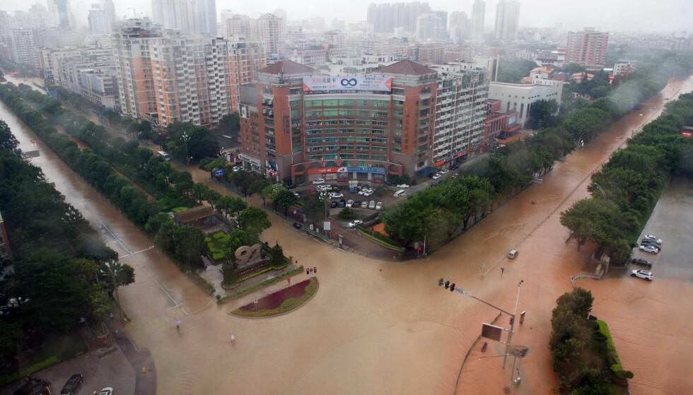 HARDT RAMMET: Flere hundre tusen har mistet strømmen i millionbyen Xiamen. Foto: Xinhua/Jiang Kehong/NTB Scanpix