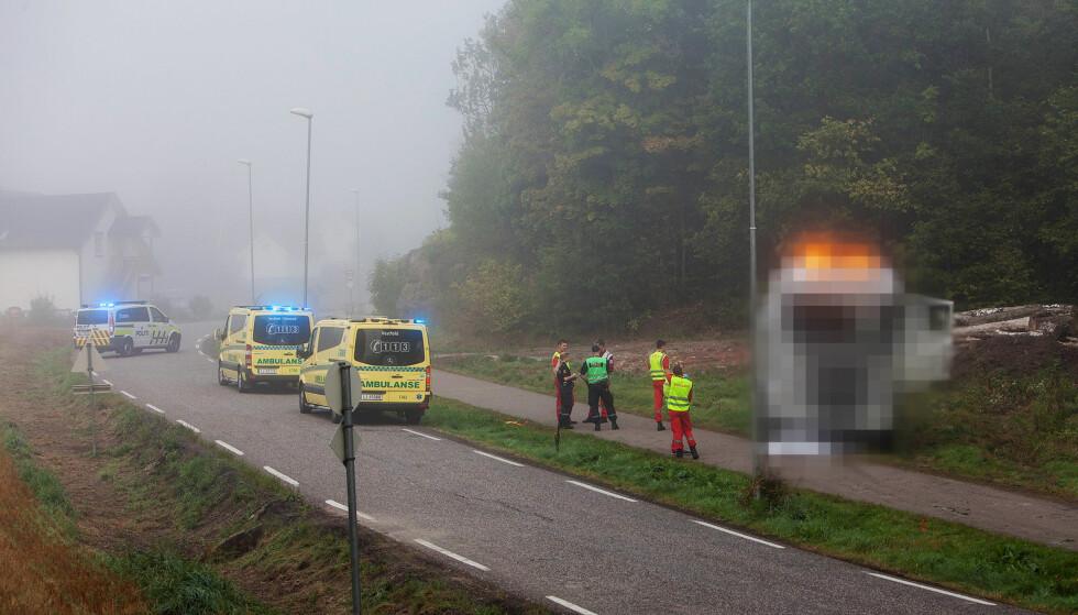 OMKOM: Politiet jobber nå på stedet og veien er stengt. Foto: Peder Gjersøe