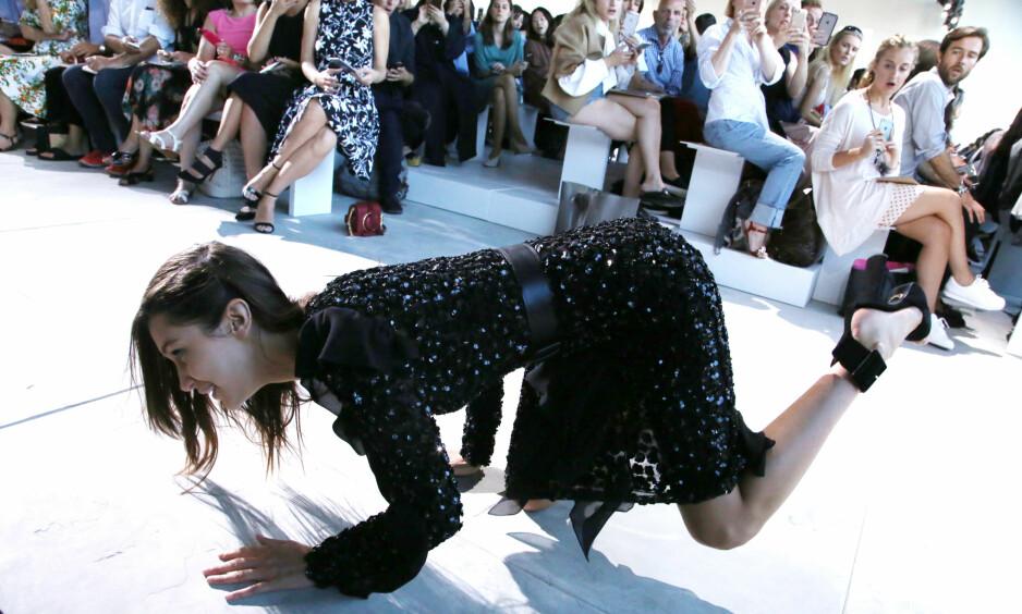 UHELDIG: Bella Hadid snublet og falt da hun gikk på catwalken for Michael Kors i New York onsdag. Sjokkerte tilskuere fikk fort fram telefonene sine for å dokumentere uhellet. Foto: NTB / Scanpix