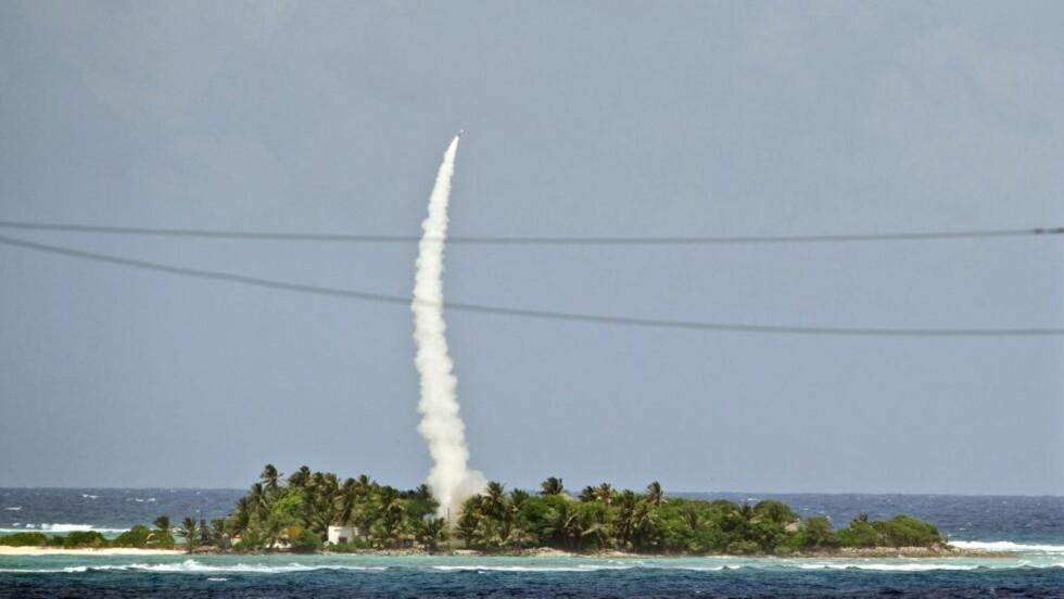 TIL STILLEHAVET: Rakettforsvarssystemet fanger opp innkommende raketter og møter de i lufta. Her fra øya Omelek. Foto: AFP / DoD / MIssile Defense Agency / Andrew Hall / NTB scanpix