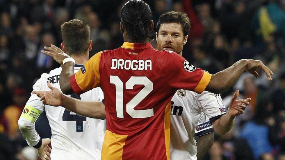 VILJEKORT? Real Madrids Xabi Alonso (til høyre) og Sergio Ramos (t.v) pådro seg begge beleilige gule kort i går. Foto: EPA / BALLESTEROS / NTB SCANPIX
