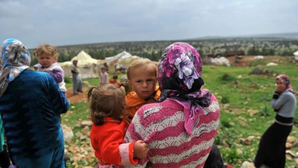 BLIR UTSATT FOR OVERGREP: Journalisten Lauren Wolfe, som er direktør for Women under Siege, skriver på organisasjonens nettsider at dekning av den syriske borgerkrigen har en tendens til å fokusere på kampene, «men denne krigen, som de fleste, har en skjult dimensjon».  Wolfe skriver at voldtekt blir brukt som er verktøy for å kontrollere, true og ydmyke motstanderen. Her fra en flyktningsleir i Syria. Foto: AFP/BULENT KILIC/NTB SCANPIX