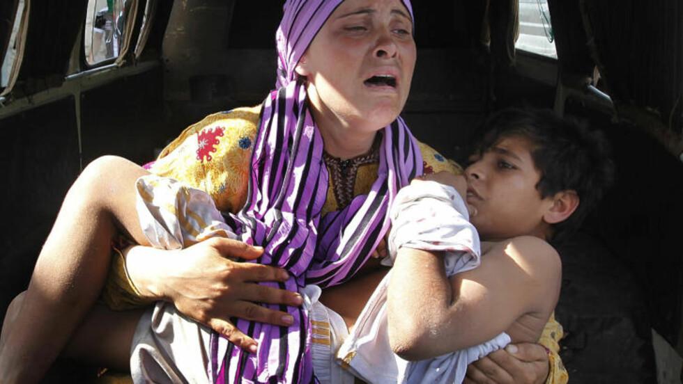 KVINNER BLIR HARDT RAMMET: 80 prosent av sakene gjelder kvinner. Det yngste offeret var syv år - det eldste offeret var 46 år. 85 av ofrene hadde blitt utsatt for voldtekt. 40 prosent av sakene handler om gruppevoldtekter, ifølge organisasjonen. Her gråter en kvinne etter at sønnen ble skutt av en soldat. Foto: AP/HUSSEIN MALLA/NTB SCANPIX