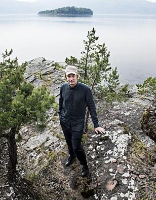 VIL FORTSETTE: Den svenske kunstneren Jonas Dahlberg på Sørbråten der minnesmonument Memory wound er planlagt. Utøya i bakgrunnen. Foto: Lars Pehrson / SvD / TT / NTB Scanpix