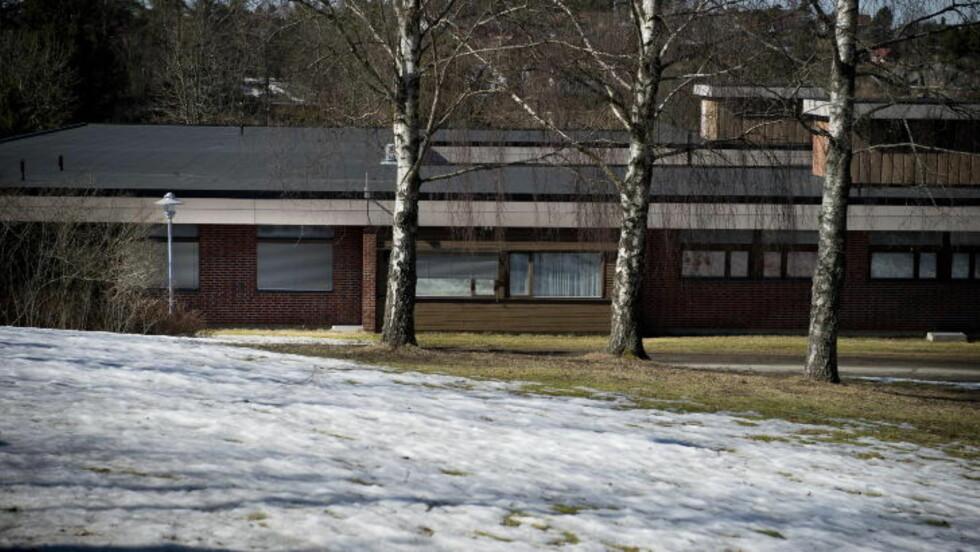 HER LÅ HAN: Bak vinduet ved lyktestolpa lå 37-åringen i reimer  i nesten hele mars 2010 på Sykehuset Østfold Veum utenfor Fredrikstad. Foto: Øistein Norum Monsen / DAGBLADET