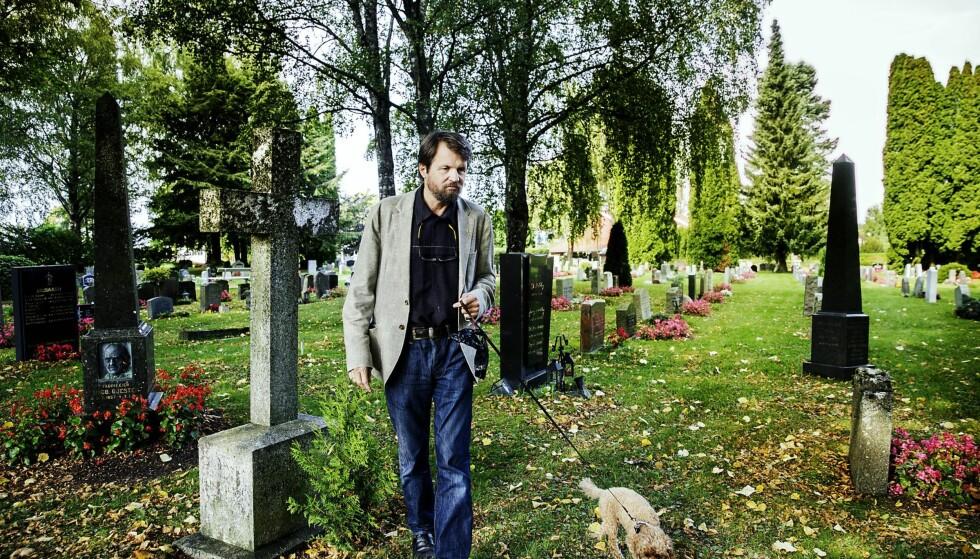 """Skriver om døden: Tom Egeland var midt i en ny roman med arbeidstittelen """"De dødes bok"""" da han la seg ut med Facebook og fikk media fra hele verden på tråden. Her går han tur med Teddy på Nordstrand kirkegård. Foto: Nina Hansen"""