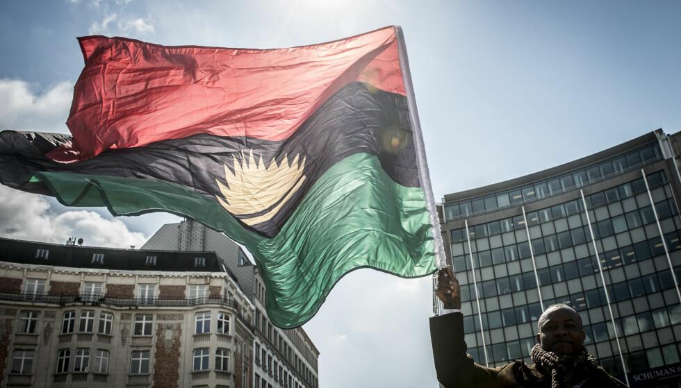 TIDLIGERE REPUBLIKK: En mann vifter med flagget til Biafra utenfor EUs hovedkvarter i Brüssel i april i år. Biafra var en egen republikk fra 1967til 1970, men er nå en del av Nigeria. Foto: NTB SCANPIX