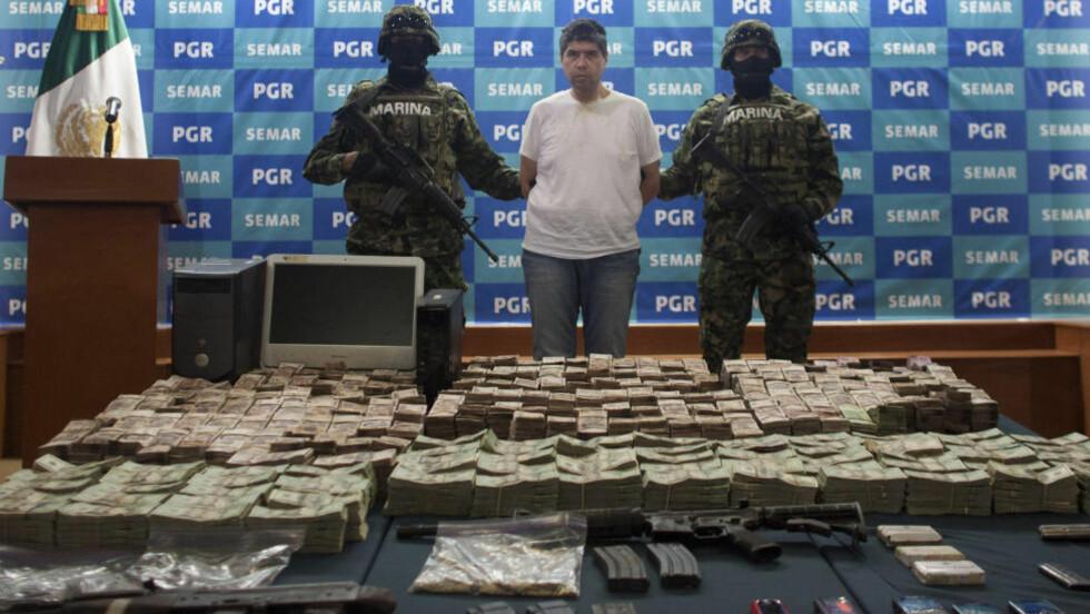 SVÆRT BRUTALE KARTELLER:  Ifølge Europol har meksikanske karteller blitt «globale markedskoordinatorer» som står for kokain- og syntetisk dop-smugling til Europa. De meksikanske kartellene er kjent for sin ekstremt voldelige kultur, men bare et fåtall voldsepisoder, inkludert et drapsforsøk, har så langt blitt knyttet til kartellene på det europeiske kontinentet. Bildet viser et medlem av kartellet Zetas, kalt «El Chucho» , da han ble vist for pressen i Mexico by i juni i fjor. Foto: AP Photo / Alexandre Meneghini / NTB Scanpix