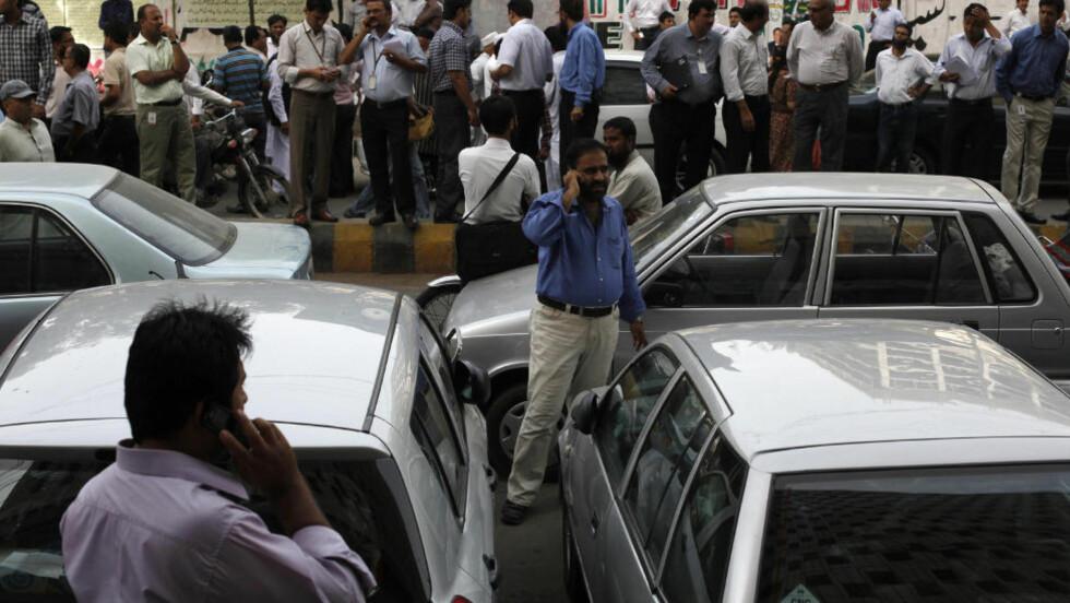 RISTET: I Karachi i Pakistan har folk forlatt kontorene etter jordskjelvet, som har blitt merket i store deler av sør-asia. Foto: REUTERS/Akhtar Soomro