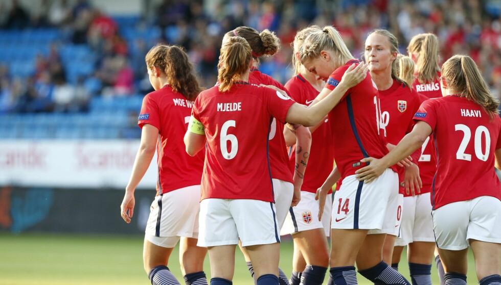 OVERKJØRING: De norske jentene har ingen problemer mot Kasakhstan. Her feirer laget Ada Hegerbergs 1-0-scoring. Foto: Svein Ove Ekornesvåg / NTB scanpix