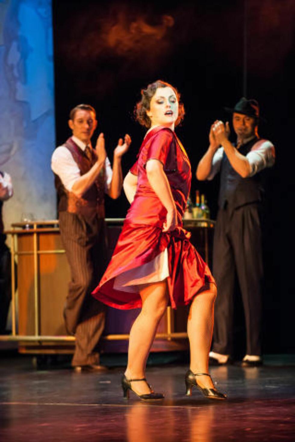 Smektende: Andrew Lloyd Webbers musikk er godt ivaretatt på Agder teater. Ann Christin Elverum spiller tittelrollen i «Evita» (Foto: Jon Petter Thorsen).