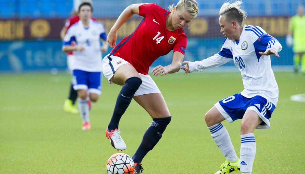 SATT I SKYGGEN: Ada Hegerberg var god, men fikk «bare» en scoring. Resten sto flere av lagkameratene for i storseieren. Her mot Ksenia Khairulina. Foto: Svein Ove Ekornesvåg / NTB scanpix