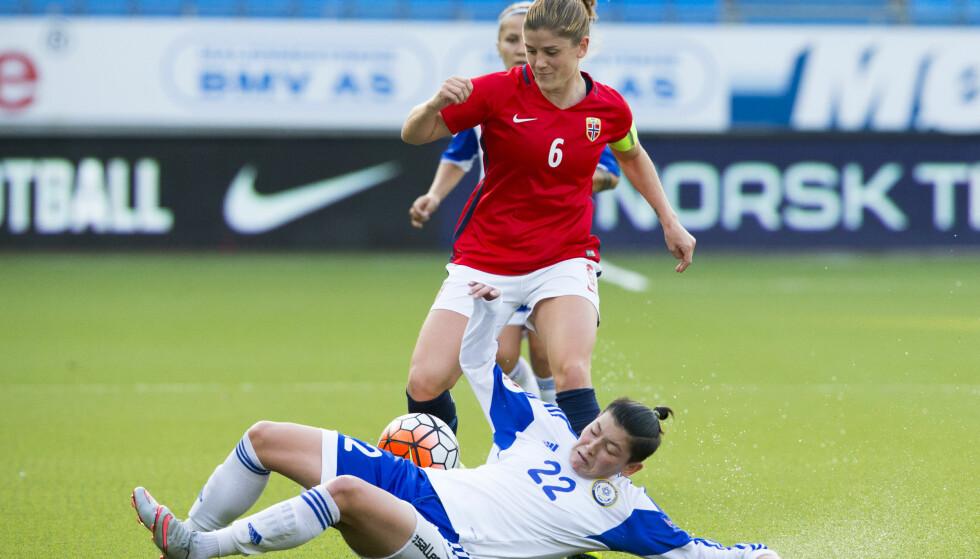 TOMÅLSSCORER: Maren Mjelde scoret to mål mot Kasakhstan. Her mot Adilya Vyldanova. Foto: Svein Ove Ekornesvåg / NTB scanpix