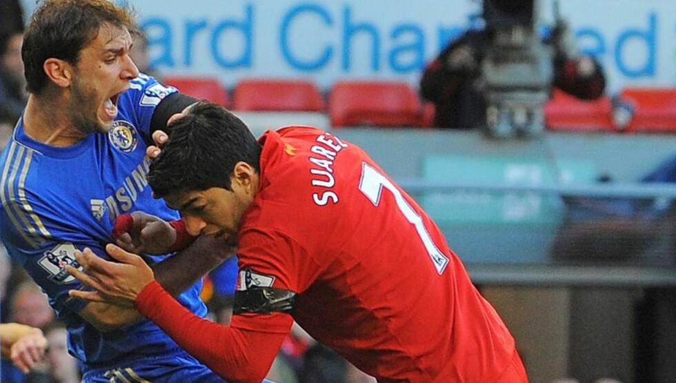 KARANTENE: Her har Luis Suarez nettopp bitt Chelsea-forsvarer Branislav Ivanovic. Foto: Andrew Yates, AFP / NTB Scanpix