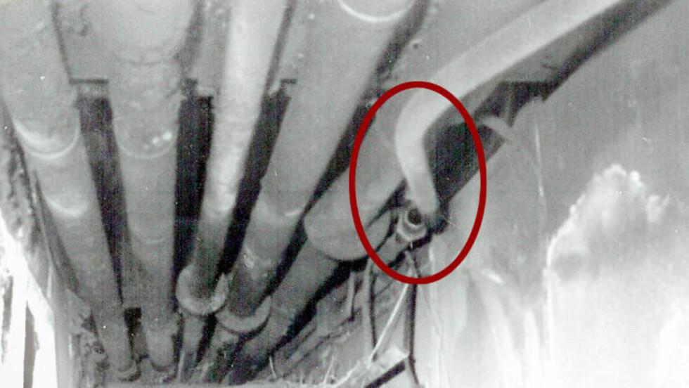 BØYD: Dette utsnittet av bildet under, viser hvordan det kun er hydraulikkoljerøret som er skadet. Foto: Politiet