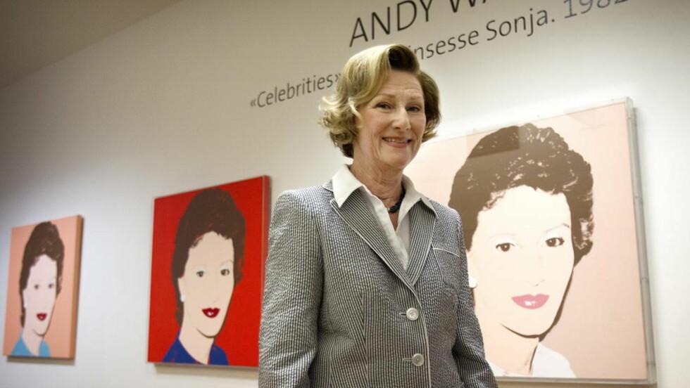 - HELDIG: Da dronning Sonja åpnet en utstilling i New York i går, snakket hun blant annet om sitt møte med Andy Warhol. Her fra da hun viste fram portrettene Warhold har laget av henne i en utstilling på Henie Onstad i fjor. Foto: Erling Hægeland / Dagbladet