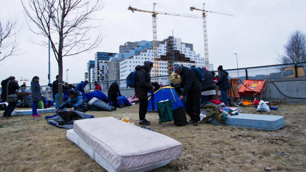 BLE LOVET JOBB: Den 49-årige rumenske kvinnen kom til Norge etter at tiltaltes søster hadde tilbudt henne jobb. Bildet er tatt da 120 romfolk sammen med andre husokkupanter ble kastet ut fra Borgen i Middelalderparken i Oslo tidligere i uka. Personene på bildet har ingen sammenheng med voldssaken.  Foto: VEGARD GRØTT/NTB SCANPIX