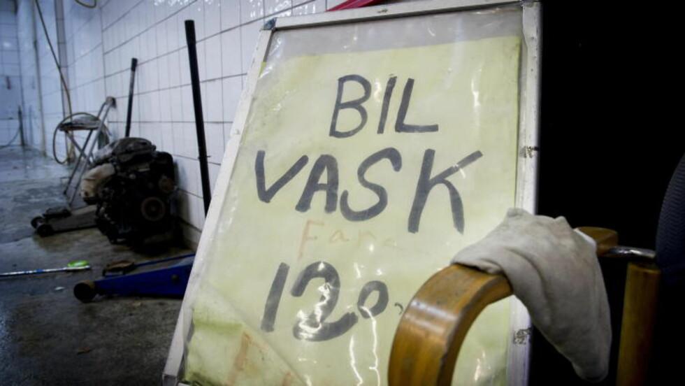 BILLIG: BILLIG VASK: Nordmenn kjøper stadig billigere tjenester. Men når en håndvask utført av seks underbetalte hender bare koster 120 kroner - har man da et moralsk ansvar for å heller grave dypere i lommeboka? Foto: JOHN TERJE PEDERSEN/DAGBLADET