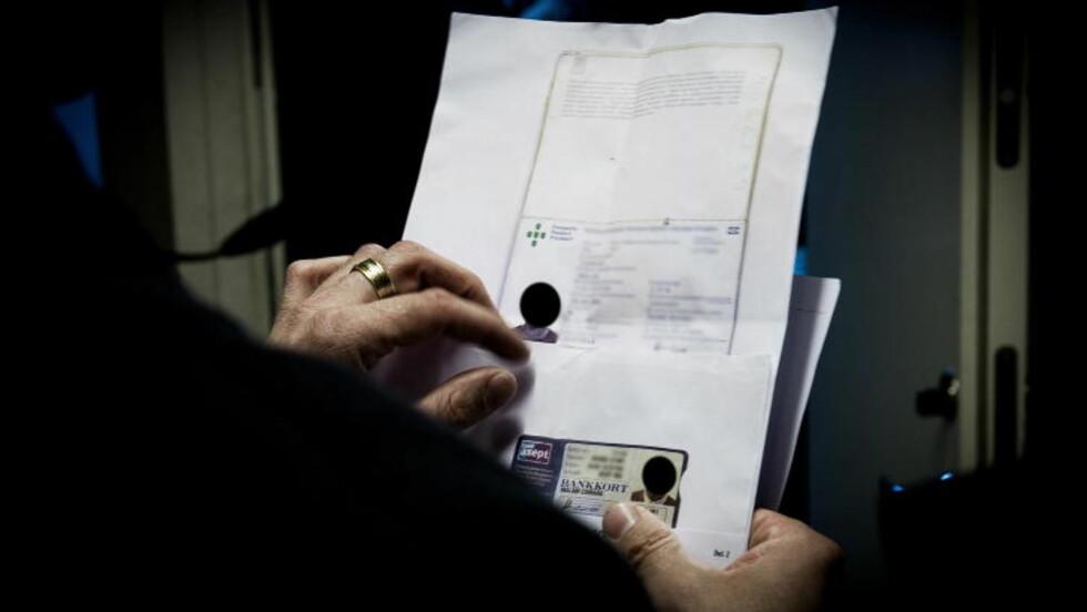 UNDERSØKER DOKUMENTER: Politiet undersøker dokumentene til de ansatte. Foto: JOHN TERJE PEDERSEN/DAGBLADET