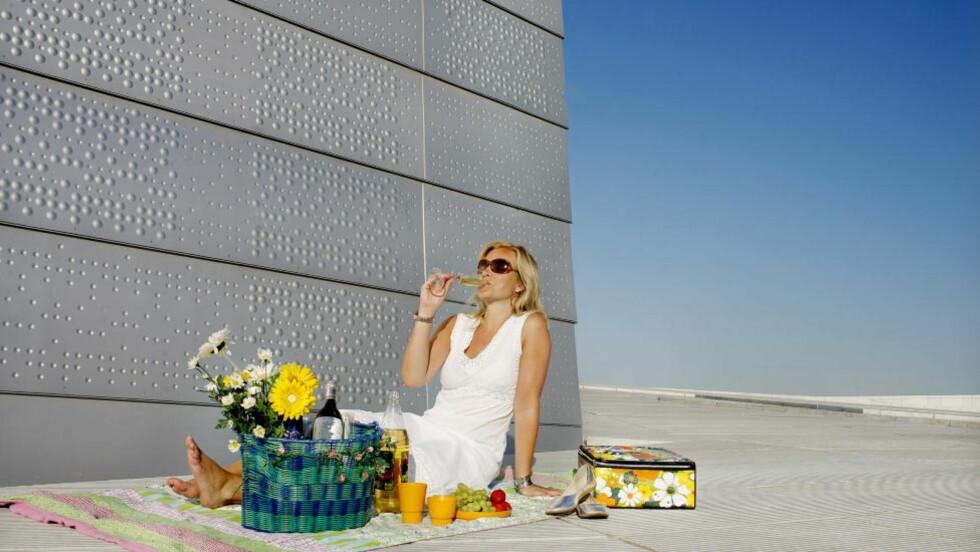 FORFRISKENDE: Utenom måltider kan det også være fristende med et glass hvitvin ute i vårsola.  Foto: AGNETE BRUN