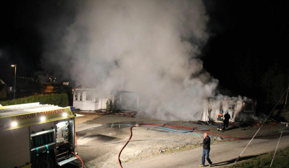 TOTALSKADD: Bolighuset i Vikersund brant praktisk talt ned til grunnen i natt. Foto: Ole Christian Nordby / Eikerfoto