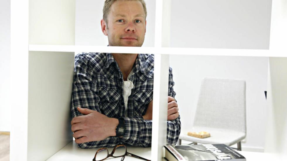 HÅRGELÉTHRILLER: Det er ikke lett å skrive politisk satire etter Anonym. Men Henrik Langeland får det til på sitt vis. Foto: Jacques Hvistendahl / Dagbladet