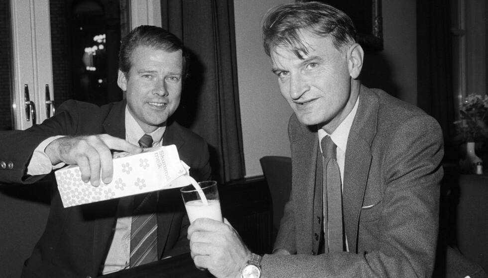 MELKEDRIKKERE: Frp's Carl I. Hagen og Fridtjof Frank Gundersen drikker melk under storstreiken i 1982, i mangel av alkohol. Streiken den gang varte i 15 uker og fikk store samfunnsmessige konsekvenser. Foto: Erik Thorberg / NTB Scanpix
