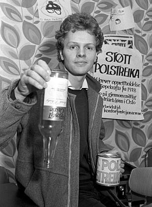 «STØTT POLSTREIKA»: «Støtt polstreika» (sic) var parole under den langvarige streiken i 1982. Her heller streikekomiteens formann Håkon Høst demonstrativt ut vin under en pressekonferanse i Oslo. Foto: Henrik Laurvik / NTB Scanpix