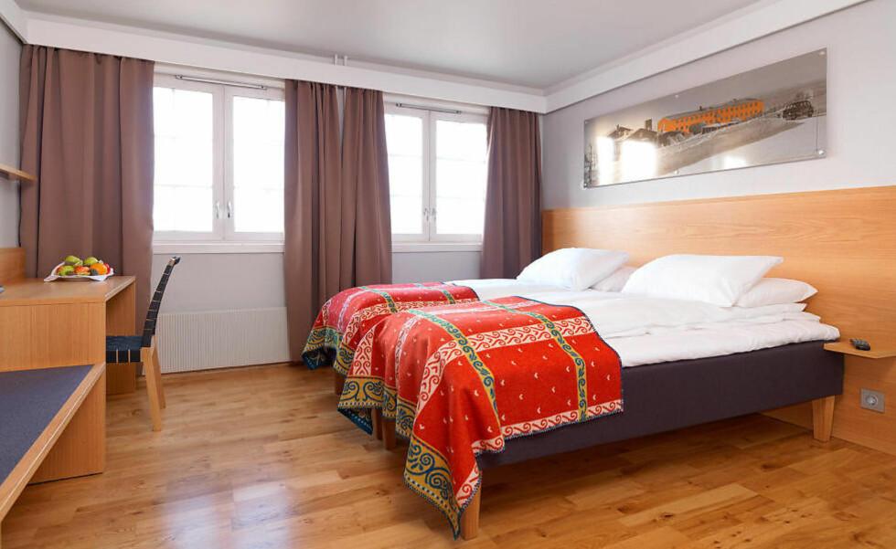 RØROS HOTELL: Nyoppussede, gullende rene familierom med gode senger, flatskjerm og et lite, men greit bad.