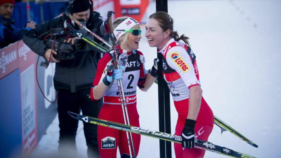 BARE NESTEN: Therese Johaug gratulerer den suverene Tor de Ski-vinneren Justyna Kowalczyk.  FOTO:Thomas Rasmus Skaug / Dagbladet