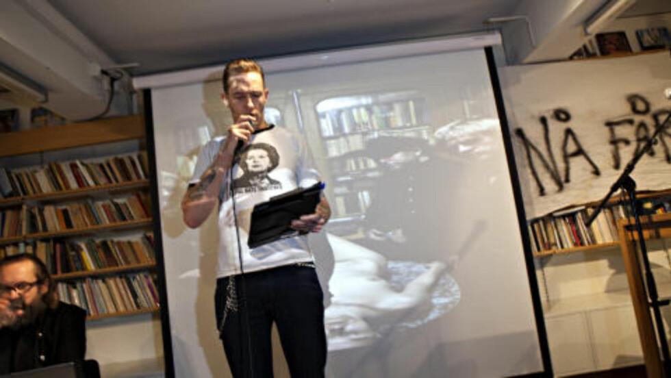 ORDSTYRER:  Kristopher Schau ledet folkemøtet. Foto: Anders Grønneberg