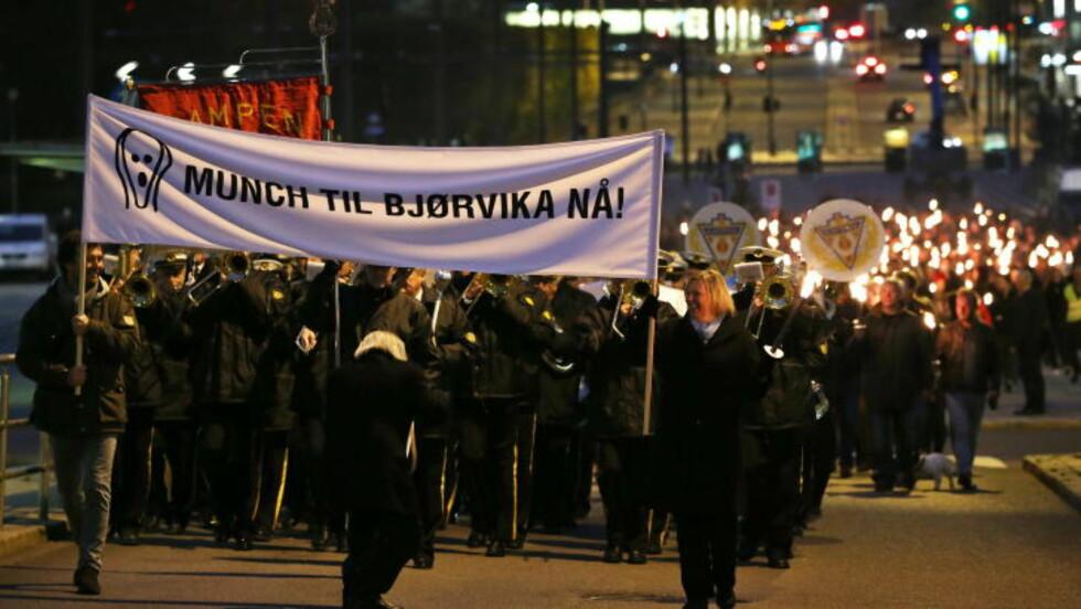 1000 I TOG: En massiv parade beveget seg fra Rådhusplassen til Bjørvika tirsdag kveld - i håp om at politikerne i Oslos bystyre skal gå for Lambda. Fremme til høyre er Munch-etterkommer Elisabeth Munch-Ellingsen. Foto: Håkon Mosvold Larsen / NTB scanpix