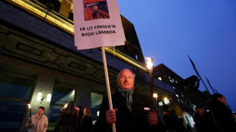 - FÅ UT FINGER'N: Forretningsmann og kunstsamler Christian Ringnes' var klar i sin tale under fakkeltoget i kveld. Foto: Håkon Mosvold Larsen / NTB scanpix