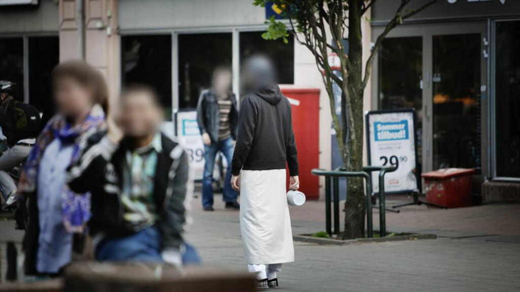 BØSSEBÆRERE: Flere menn har siden i sommer gått rundt og samlet inn penger på Grønland i Oslo. PST mener pengene blir brukt til å finansiere reisene og oppholdet til de norske al-Qaida-krigerne i Syria. Foto: Dagbladet