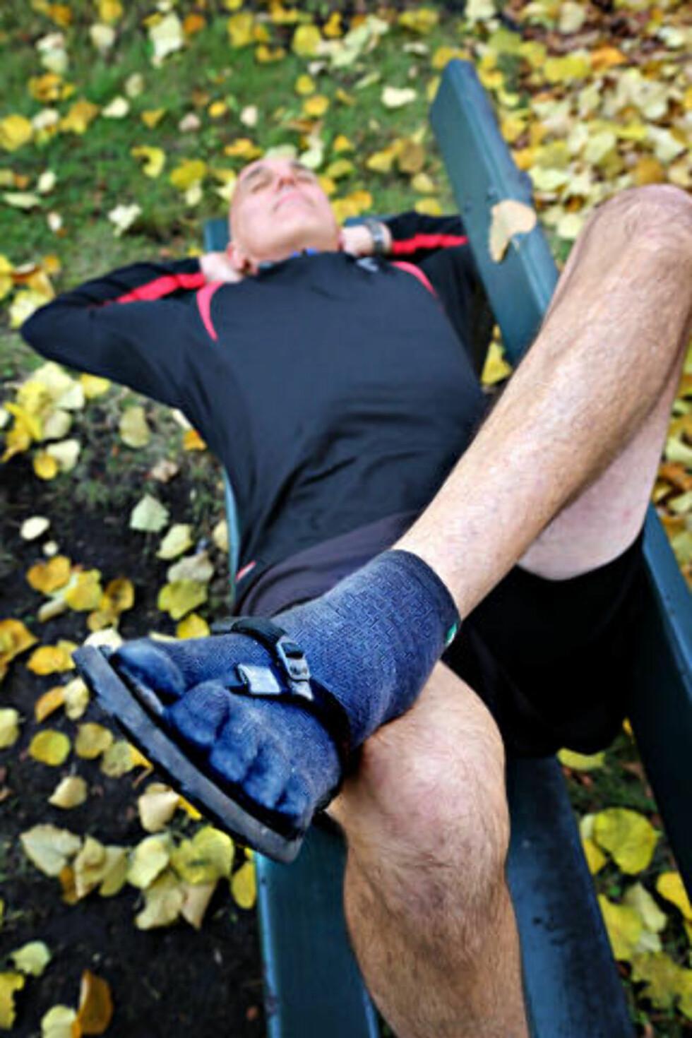 SANDALER: Christopher McDougalls løpesko er spesialkonstruert av en av de merkverdige skikkelsene som skildres i boka; Barefoot Ted. Foto: Jacques Hvistendahl