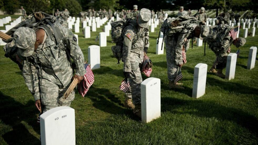 EPIDEMI:  Bare i juli i år tok 26 soldater som hadde vært i aktiv tjeneste selvmord i USA, ifølge det amerikanske forsvaret. Dette er det høyeste antallet døde soldater siden man begynte å føre statistikk på 1980-tallet. Det amerikanske forsvarsdepartementet har satt i gang flere studier for å finne ut hva som kan redusere den stadig stigende selvmordsraten blant amerikanske veteraner. Denne gravplassen er for dem som døde i Afghanistan og Irak i Arlington National kirkegård i WashingtonFoto: Brendan Smialowski /  AFP Photo / NTB Scanpix