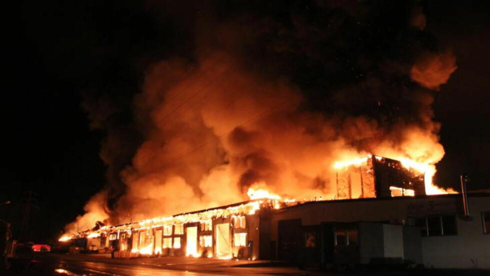 BRENNER NED TIL GRUNNEN:  Nesten hele bygningsmassen er totalskadd og vil brenne ned til grunnen, opplyser politiet. Foto: Ole Christian Nordby