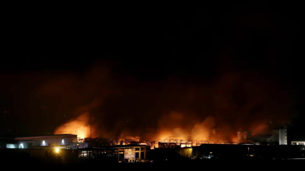 STORT OMRÅDE EVAKUERT:  80 personer ble evakuert fra nærområdet under brannen i natt. Disse har nå fått vende tilbake til husene sine. Foto: Håkon Mosvold Larsen / NTB scanpix