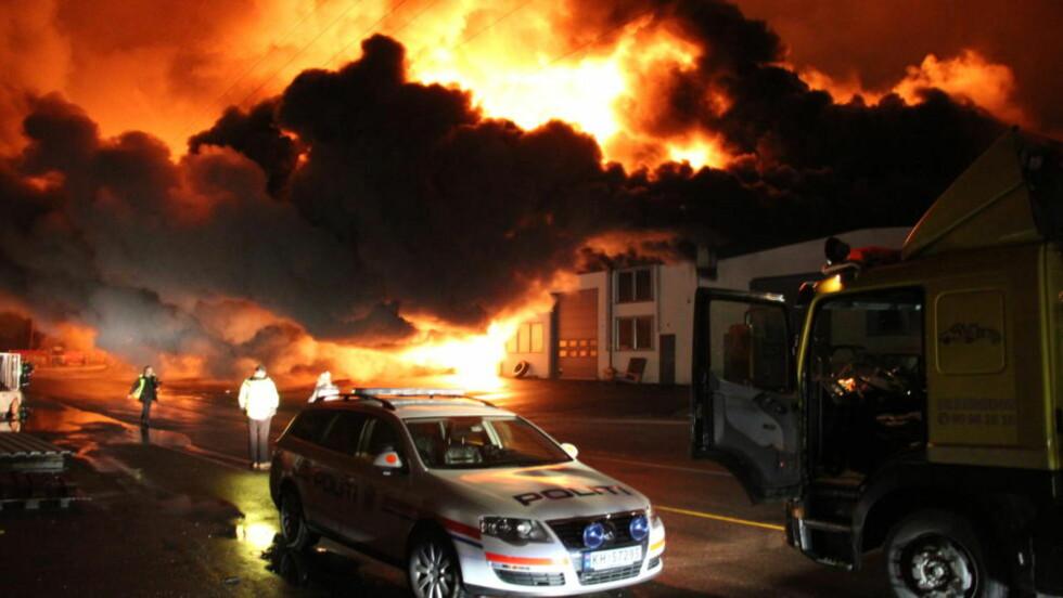 EKSPLOSJONSARTERT:  Brannen i industriområdet var eksplosjonartet og spredde seg raskt. Foto: Ole Christian Nordby