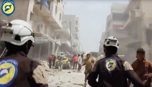FARLIG JOBB: Hver gang det faller en bombe over de opprørskontrollerte delene av Syria, løper de frivillige fra De hvite hjelmene ut for å redde liv. Flere av dem er drept ute på oppdrag. Foto: Ap / Scanpix